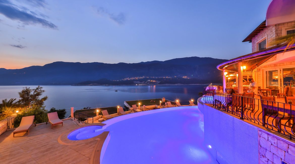 Pool, restaurant and magnificent sea views