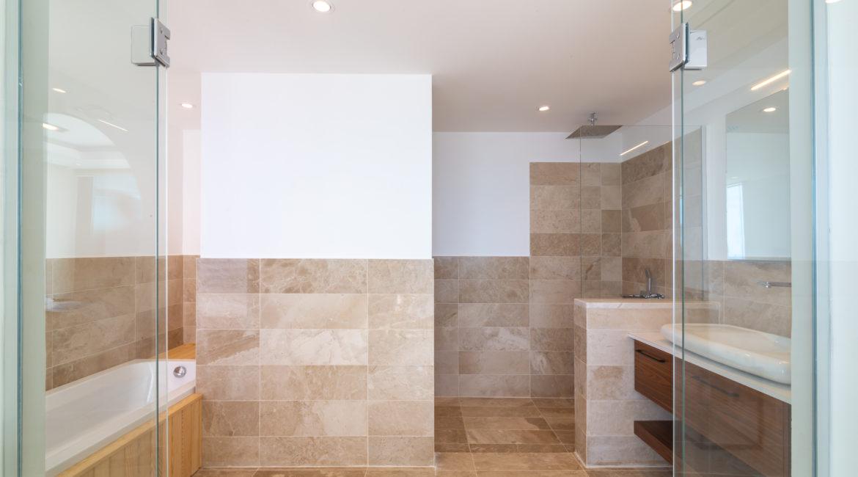 Villa Marvel marble bathroom
