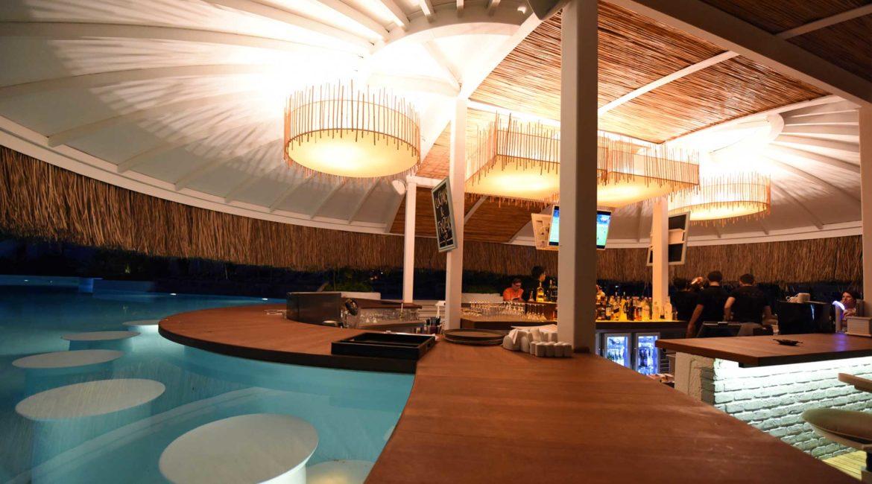 Yacht Classic swim up bar