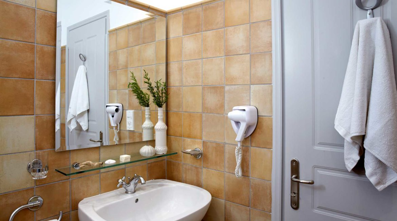 Villa Akrogialli Braunis Horio Villas bathroom
