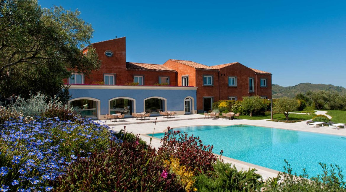 Hotel Villa Neri pool and grounds