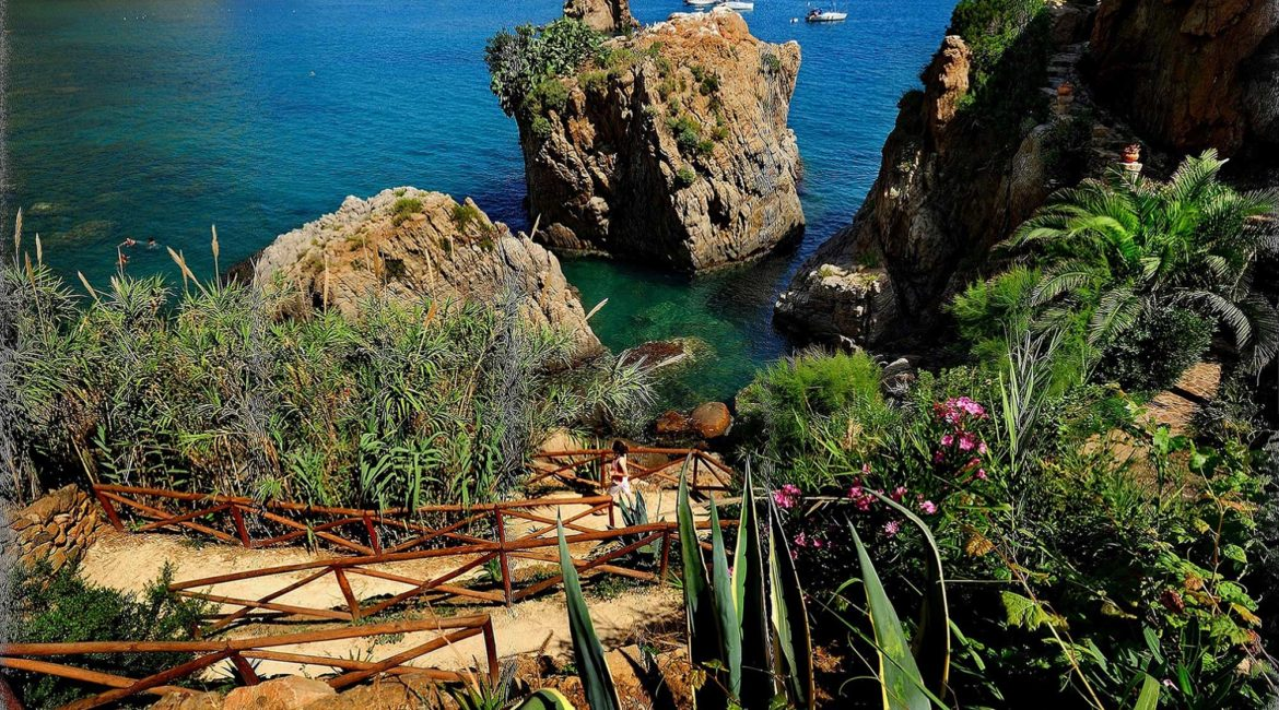 The path leading down to the sea at Le Calette