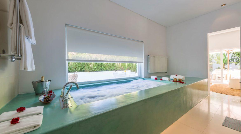 Vila Monte Laranjal Master Suite bathroom and terrace